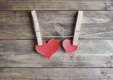 Сердце с смертной казнью через повешение зажимки для белья на веревочке Стоковые Изображения RF