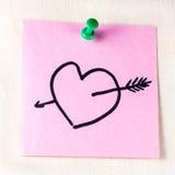 Сердце с стрелкой на бумажном столбе оно Стоковое Изображение RF