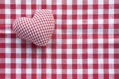 Сердце ткани от проверенной ткани картины на красной и белой проверке Стоковое Изображение RF