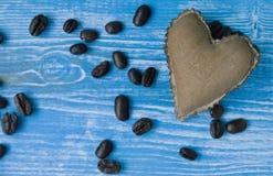 Сердце ткани цвета кофе на предпосылке бирюзы деревянной Принципиальная схема дня ` s Валентайн Стоковая Фотография
