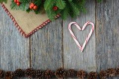 Сердце Candycanes на деревенской деревянной предпосылке на праздник Стоковые Фото