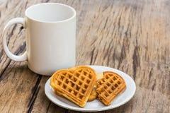 Сердце Waffles сформировало на белых плите и кофейной чашке Стоковая Фотография RF