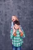 сестра брата счастливая Стоковое Изображение RF