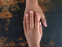 Сестра, держа руки, ободряет братьев стоковые изображения rf