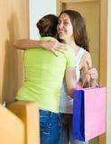 Сестра девушки посещая с подарком на день рождения Стоковые Фото