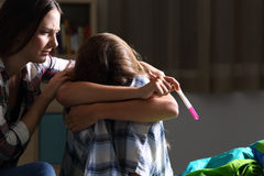 Сестра утешая к беременное унылое предназначенному для подростков Стоковые Изображения