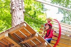 Сестры взбираясь в высоком курсе веревочки совместно Стоковое Фото