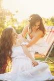 2 сестры в белых мантиях Стоковая Фотография RF