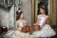 2 сестры в белых платьях вечера Стоковое Фото