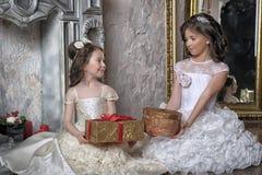 2 сестры в белых платьях вечера Стоковое Изображение