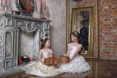 2 сестры в белых платьях вечера Стоковая Фотография