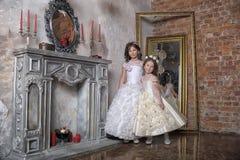 2 сестры в белых платьях вечера Стоковые Фотографии RF
