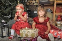 2 сестры в красных платьях Стоковое Изображение RF