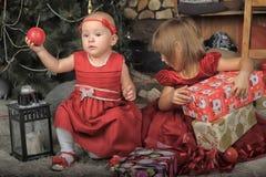 2 сестры в красных платьях Стоковая Фотография