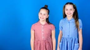 Сестры девушек имея потеху совместно Любовь семьи Концепция сестричества Счастливые дети играют совместно Иметь сестру стоковые фото