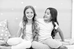 Сестры девушек тратят приятное время для того чтобы связывать в спальне Сестры более старые или более молодой главный фактор в бр стоковая фотография rf