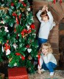 Сестры дома с рождественской елкой стоковое изображение