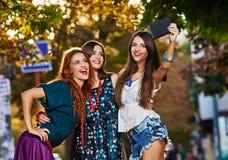 Сестры девушек делая selfie Стоковые Фотографии RF