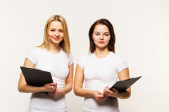 Сестры девушки в футболках оно изолировало Стоковое фото RF