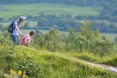 Сестры держа руки в английской сельской местности Стоковое Фото