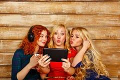 Сестры делают selfie потехи, слушая к музыке на наушниках Стоковая Фотография RF