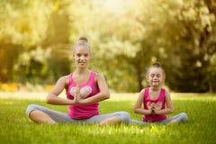Сестры делая тренировку outdoors Здоровый уклад жизни Стоковое Изображение RF