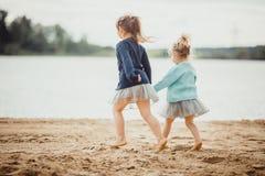 2 сестры играя на береге озера Стоковая Фотография