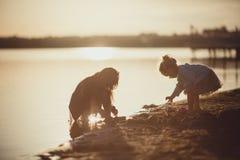 2 сестры играя на береге озера Стоковое Изображение RF