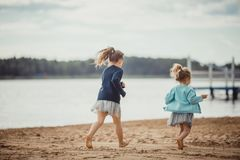 2 сестры играя на береге озера Стоковая Фотография RF