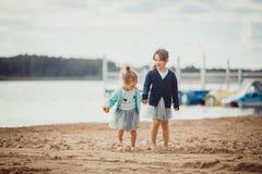 2 сестры играя на береге озера Стоковое Изображение