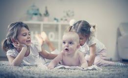 Сестры имеют игру с братом младенца Стоковые Фотографии RF