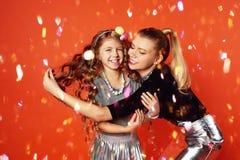 2 сестры имея потеху и празднуя Большие семейные отношения, приятельство Торжество Нового Года и дня рождения Стоковая Фотография RF