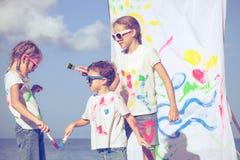 2 сестры и брат играя на пляже на времени дня Стоковое Фото