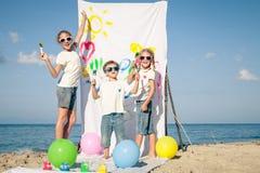 2 сестры и брат играя на пляже на времени дня Стоковая Фотография RF