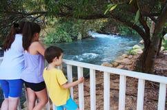Сестры и брат наблюдая реку Иордан стоковое фото rf