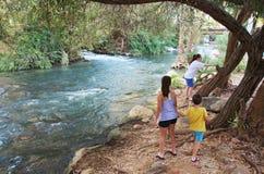 Сестры и брат на реке Иордан стоковое фото