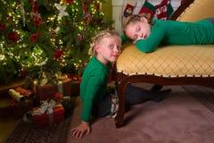 2 сестры и рождественская елка Стоковое Изображение RF