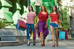 3 сестры красоты с хозяйственными сумками Стоковое Изображение RF