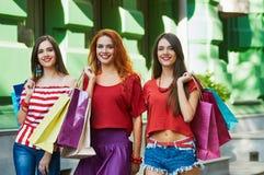 Сестры красоты с хозяйственными сумками Стоковые Изображения