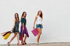 3 сестры красоты с хозяйственными сумками Стоковая Фотография RF