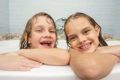 Сестры купают стоковые фотографии rf