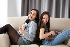 Сестры на кресле имея время потехи Стоковые Фотографии RF