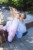 2 сестры на перилах Стоковая Фотография RF