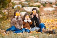 3 сестры на прогулке в парке осени Стоковое Изображение RF