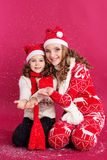 2 сестры носят одежды зимы в студии Стоковое Фото