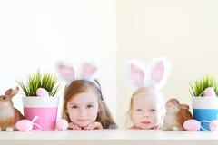 2 сестры нося уши зайчика на пасхе Стоковые Фотографии RF