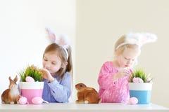 2 сестры нося уши зайчика на пасхе Стоковые Изображения