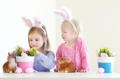 2 сестры нося уши зайчика на пасхе Стоковое фото RF