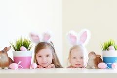 2 сестры нося уши зайчика на пасхе Стоковая Фотография RF
