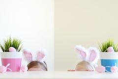 2 сестры нося уши зайчика на пасхе Стоковые Фото